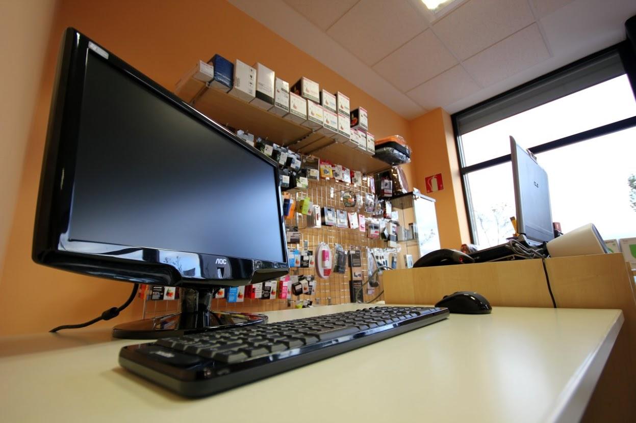 Foto: DIPE Salamanca, interior de la tienda de ordenadores