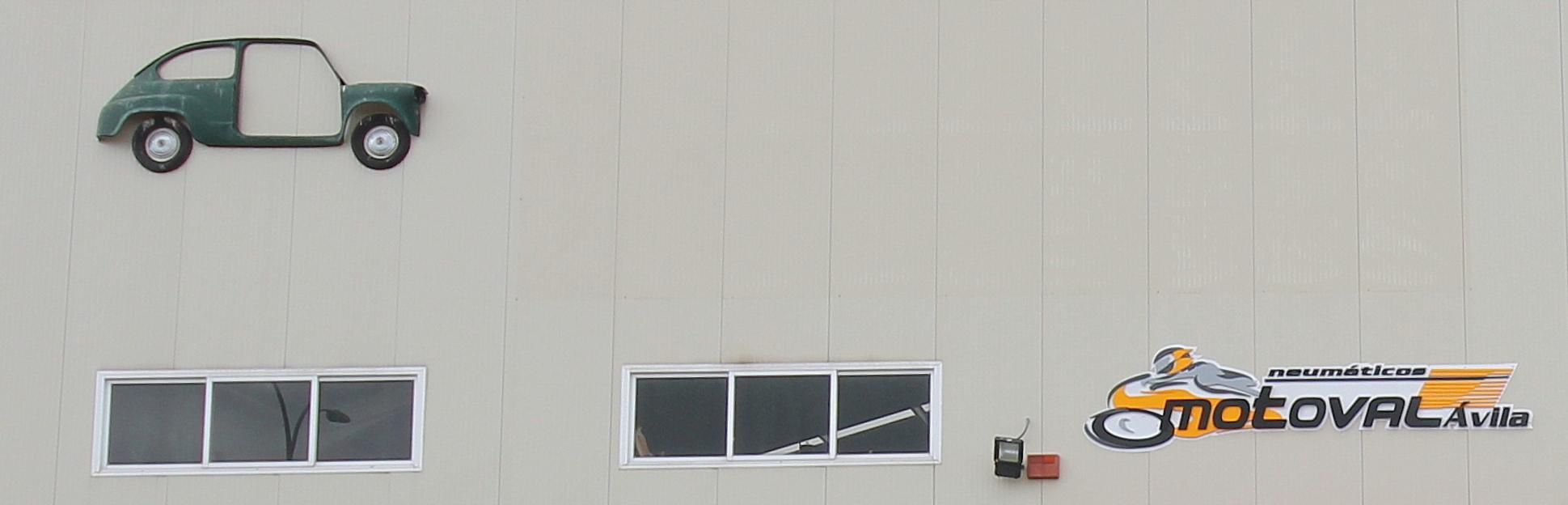 Detalle fachada neumaticos Motoval Avila