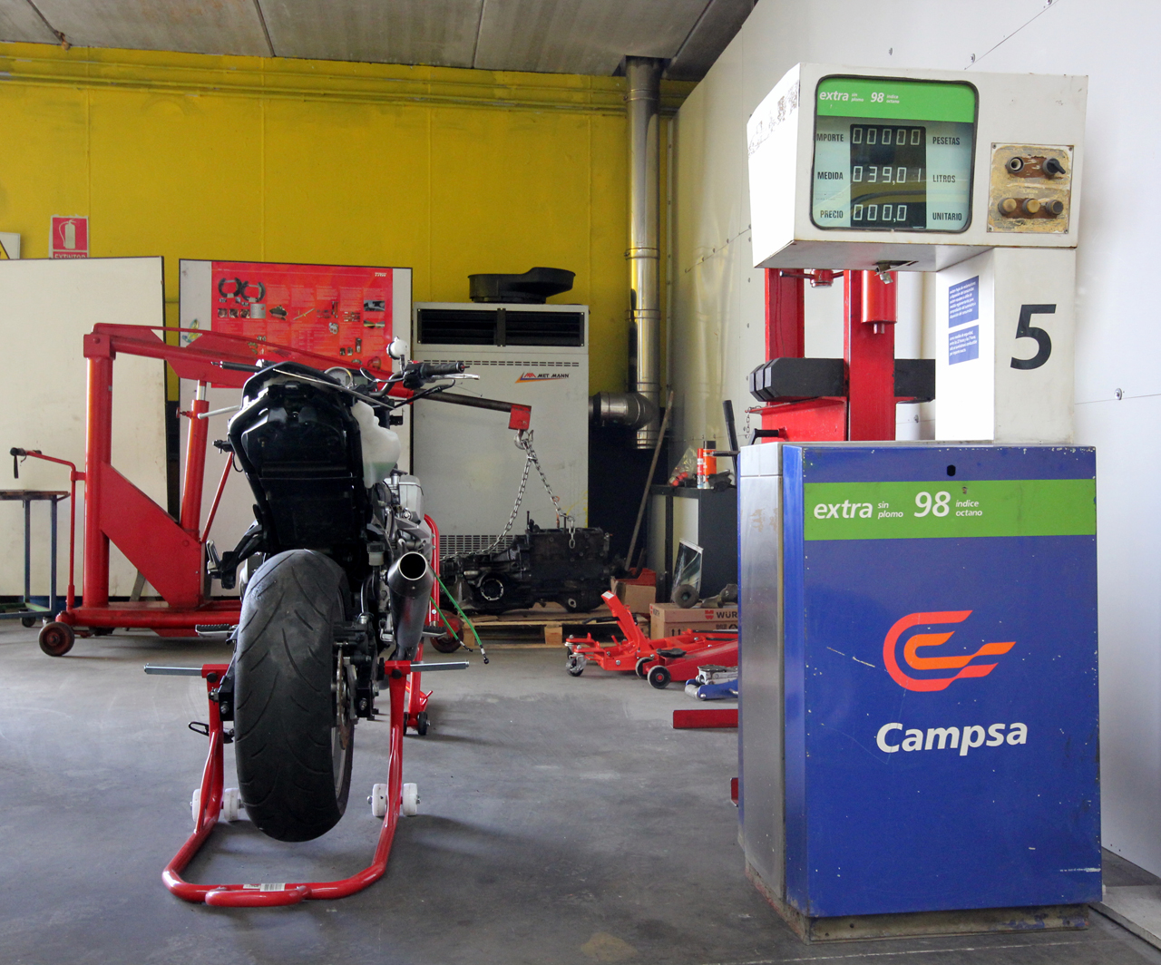Foto: taller mecanico en Ávila Neumaticos Motoval surtidor gasolina