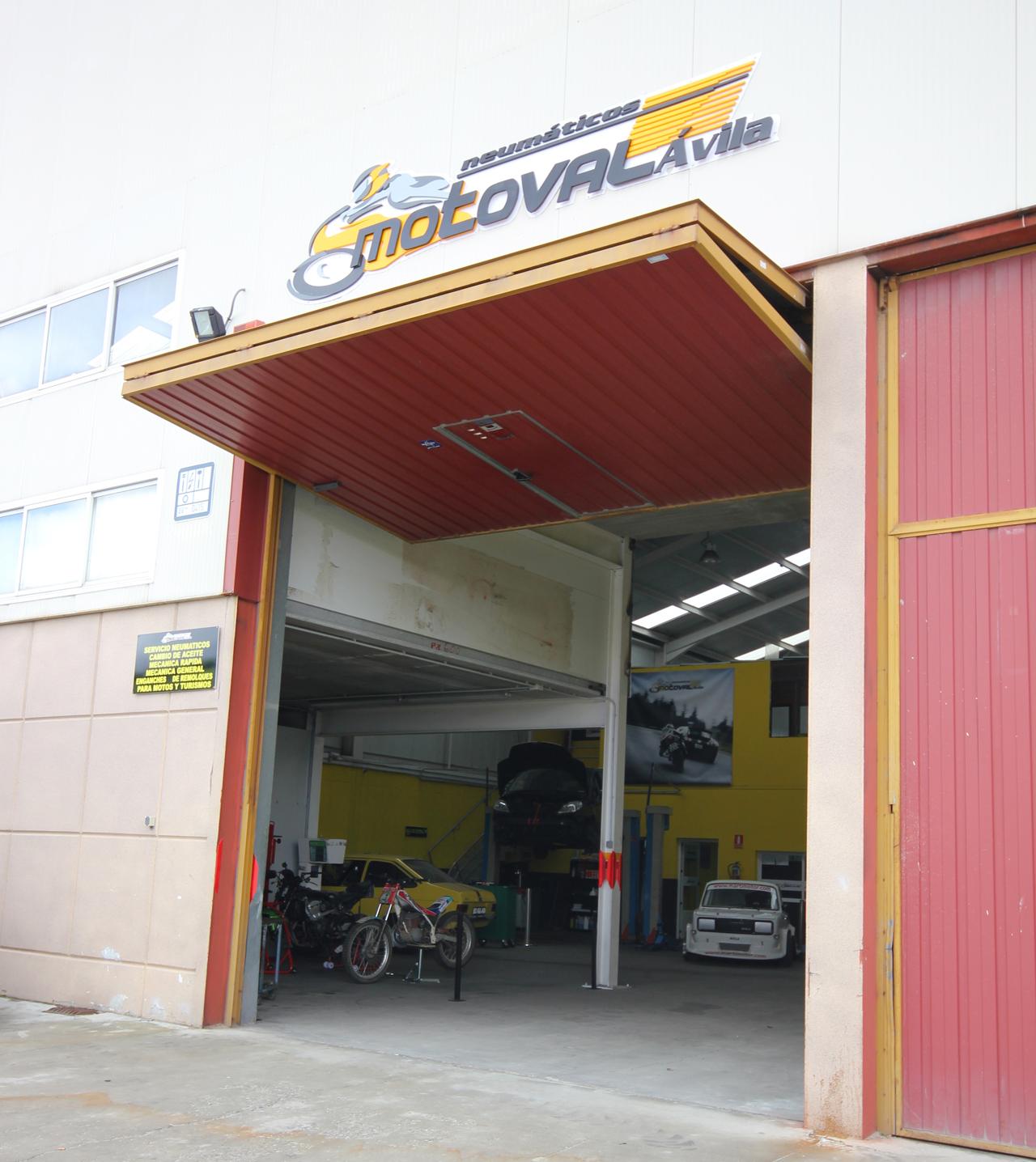 Foto: taller mecanico en Ávila Neumaticos Motoval puerta
